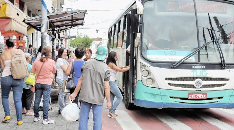 Passageiro aguarda para embarcar em ônibus do TUG; processo de licitação deve ser retomado nesta semana, após pedido de impugnação (Foto: Arquivo Atos)