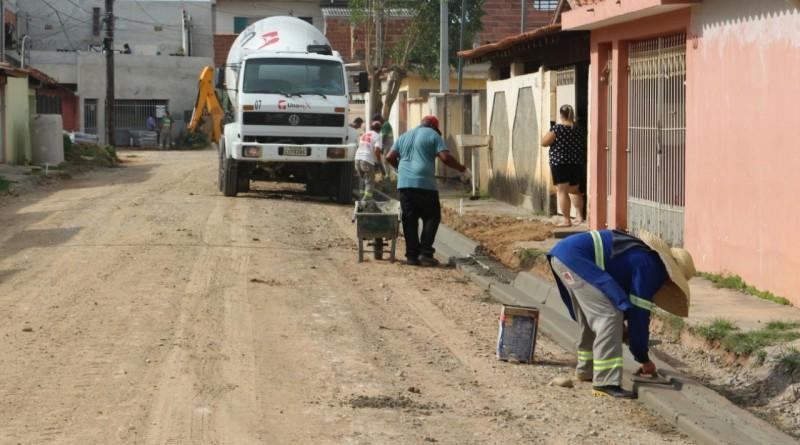 Trabalho de pavimentação no bairro Jardim do Vale 1; cidade amplia área de ruas recuperadas desde 2017 (Foto: Divulgação PMG)