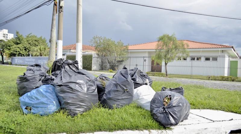 Lixo em terreno baldio aguarda coleta em Guaratinguetá; serviço pode ser paralisado por falta de recebimento das cestas básicas dos funcionários (Foto: Arquivo Atos)