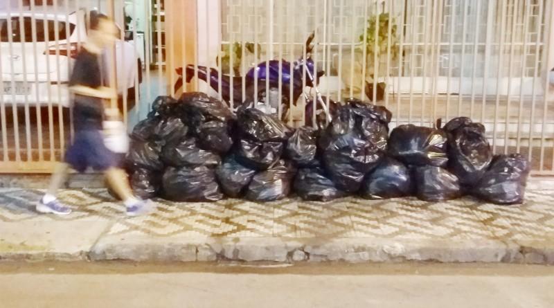 Acúmulo de lixo em calçada da Nova Lorena, flagrado em dia fora do cronograma de coleta municipal.(Foto: Caroline Meyer)