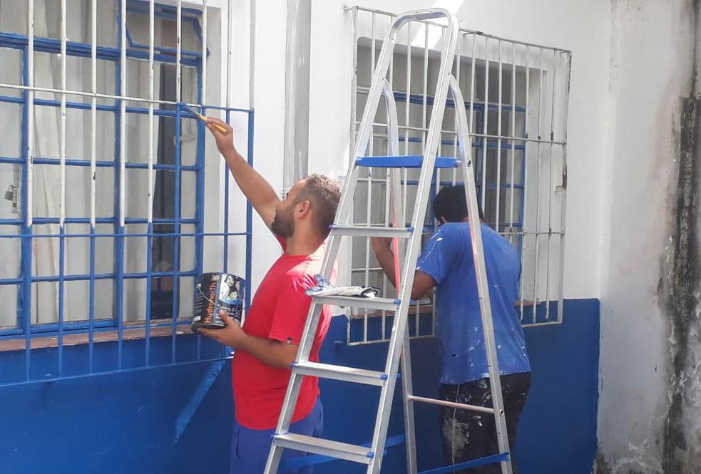 Servidores de Ubatuba durante manutenção de creche municipal; classe tem reajuste de salário (Foto: Reprodução PMU)