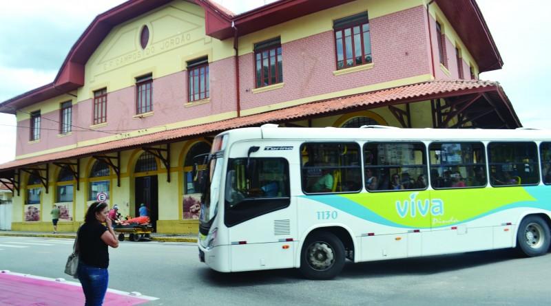 Ônibus do Viva Pinda faz trajeto em área do Centro, passando pela Estação Ferroviária(Foto:Jéssica Dias).