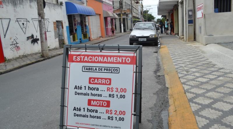 Placa de estacionamento no Centro de Lorena; disputa por vagas é corriqueira na cidade, que pode voltar a debater Zonal Azul em 2019 (Foto: Jéssica Dias)