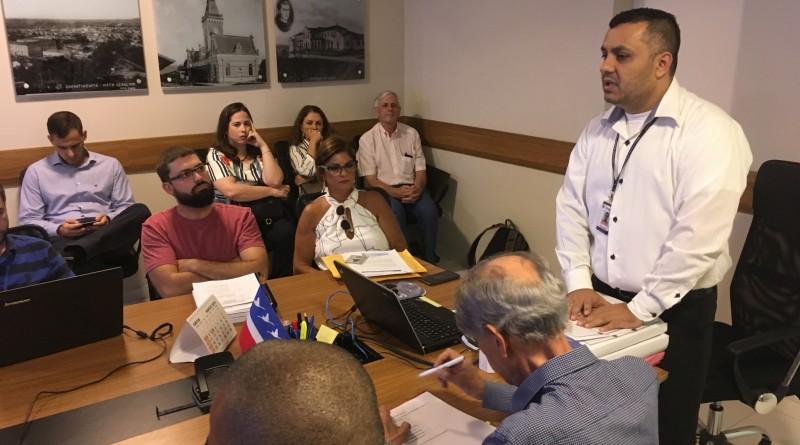 Ademar dos Santos, durante abertura de envelopes, ao lado da proprietária da Oceano Edna Abdala (Foto: Leandro Oliveira)