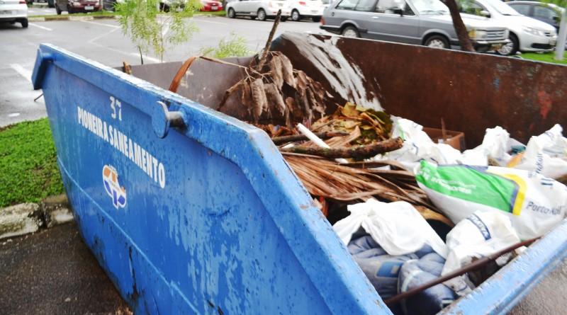 Caçamba em área próxima à sede da Prefeitura; Pinda coloca Guarda Municipal para reforçar coleta (Foto: Jéssica Dias)
