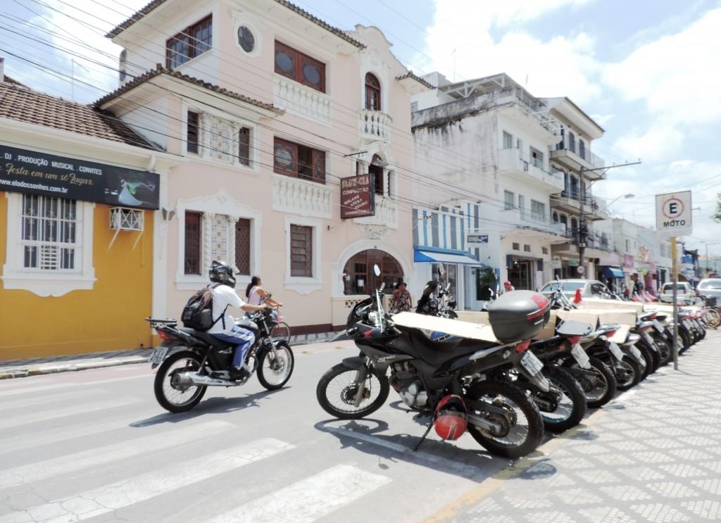 Motociclista em rua do Centro da cidade; projeto volta a gerar polêmica (Foto: Rafael Lourenço)