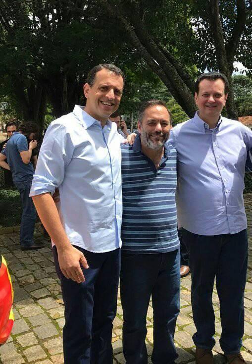 O prefeito Guilherme Carvalho (centro) durante reunião que debateu a liberação de internet gratuita.(Foto: reprodução PMS).