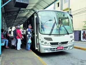 Passageiros embarcam em ônibus que faz linha Bairro da Cruz. (Foto:Arquivo Atos)