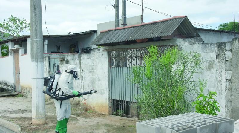Agente da Vigilância Epidemiológica de Pinda durante trabalho de combate ao mosquito Aedes aegypti (Foto: Reprodução)