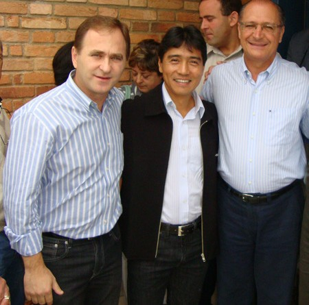 Filipinho (à esq.) posa ao lado de Nishimoto e Alckmin; ex-prefeito responde por falta de cobrança do IPTU (Foto: Reprodução)