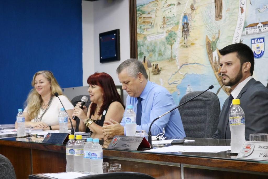 A secretária Beth Sampaio, ao lado do vereador João Pita e presidente Celão