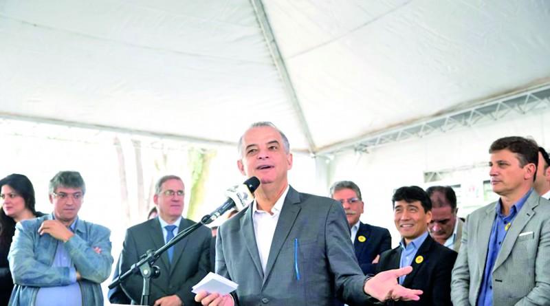 Governador Marcio França observado pelo prefeito de Pinda Isael Domingues; 2018 aquém do esperado (Foto: Arquivo Atos)