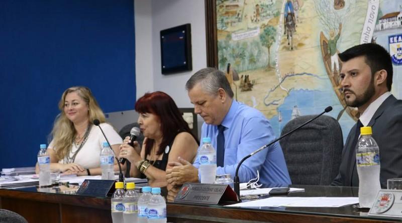 A secretária Elisabeth Sampaio aborda ações da pasta em projeto voltado à rede municipal de Educação; Câmara debateu reclamações de pais e professores na cidade (Foto: Reprodução CMG)