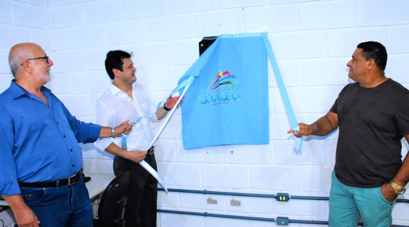 O prefeito Délcio Sato (centro) participa da inauguração de posto do programa Acessa SP em Ubatuba (Foto: Divulgação PMU)