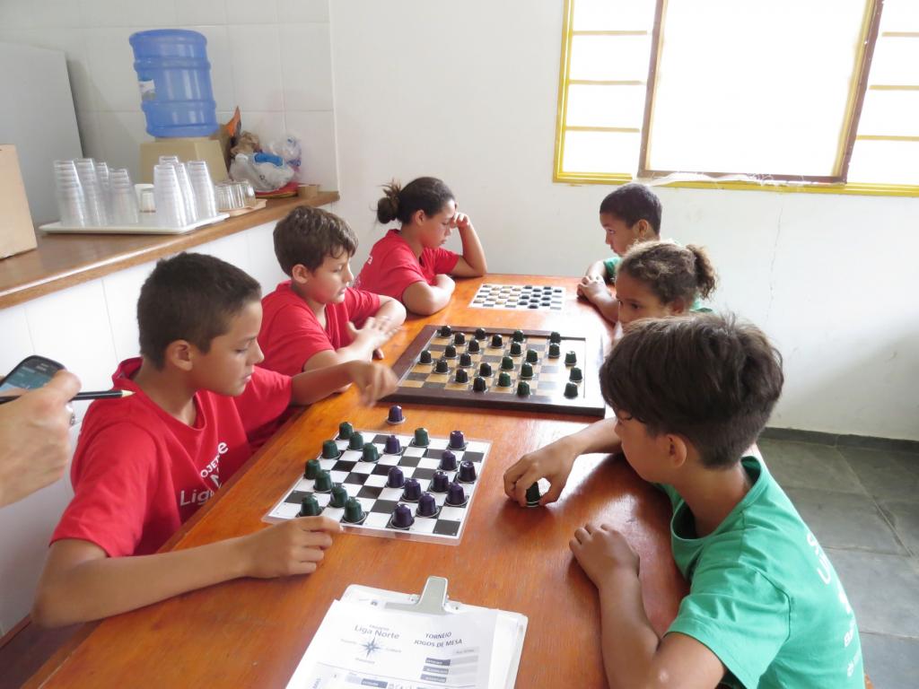 Crianças do programa disputam partidas de xadrez em Ubatuba; ação contempla mais de 600 pessoas (Foto: Divulgação PMU)