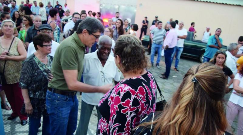 Fábio Marcondes abordado pela população durante entrega de centro (Foto: Reprodução PML)