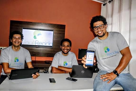 Alunos que fizeram parte do grupo desenvolvedor do aplicativo sobre reciclagem (Foto: Divulgação)