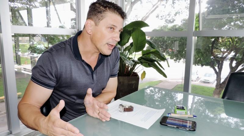 O prefeito Isael Domingues que adiantou o pagamento da primeira parcela do 13º salários dos servidores (Foto: Arquivo Atos)