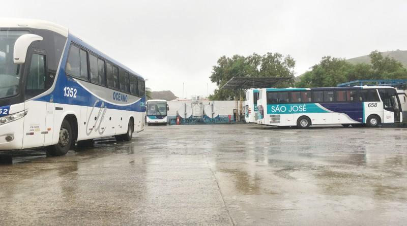 Ônibus das empresas responsáveis pelo transporte público de Guaratinguetá, atacados na última semana (Foto: Leandro Oliveira)