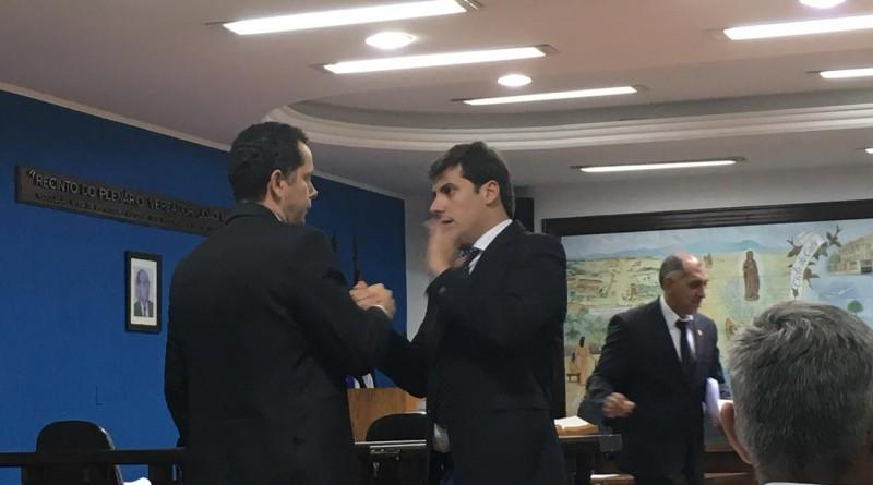 Alvo de apuração, Sannini (dir.) aborda Almeida, lider da comissão  (Foto: Leandro Oliveira)
