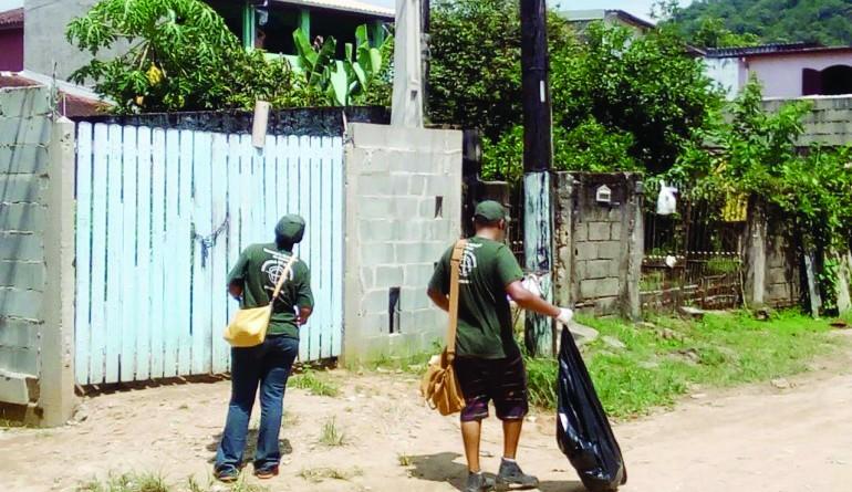 Trabalho de visitas às casas de Ubatuba em busca de criadouros do mosquito Aedes aegypti (Foto: Divulgação PMU)