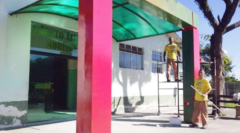 Detentos do regime semiaberto, beneficiados por programa, trabalham na recuperação de prédio em Pinda (Foto: Divulgação PMP)