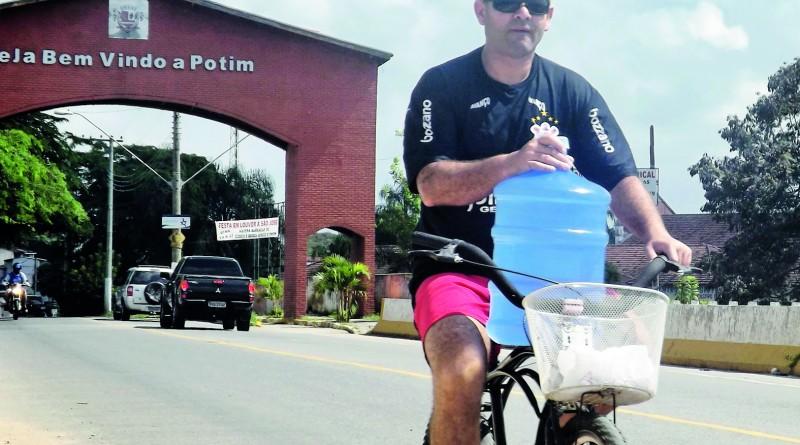 Morador busca água durante uma das crises no abastecimento de Potim; prefeita aposta lei de Benito (Foto: Arquivo Atos)