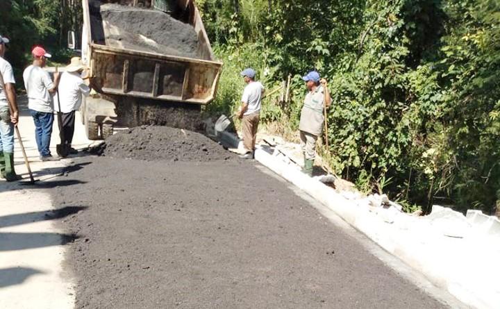 Servidores de Pinda, em trabalho de pavimentação; Isael recebe aprovação de proposta para 4% de reajuste (Foto: Divulgação PMP)