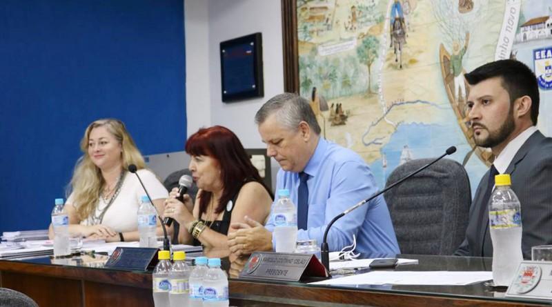 A secretária de Educação, Elisabeth Sampaio (centro), na Câmara em março; pasta é foco de alerta do TCE (Foto: Leandro Oliveira)