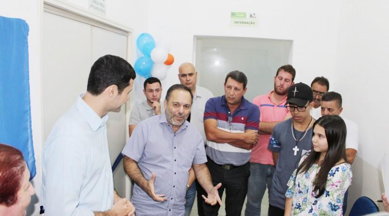 Prefeito Guilherme Carvalho (centro) inaugura consultório em Silveiras (Foto: Divulgação PMS)