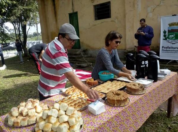 Organização de uma das edições do Café Caipira que conta com os produtos feitos nas oficinas do Reinvente (Foto: Reprodução PMP)