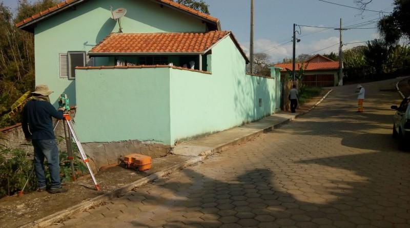 Trabalho de topografia no conjunto habitacional Geraldo Adão; Prefeitura avança com trabalho em Lavrinhas (Foto: Divulgação PMS)