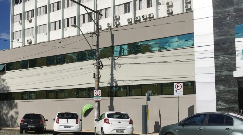 Veículos estacionados em frente ao hospital Frei Galvão, área que tem atenção especial para Zona Azul (Foto: Arquivo Atos)
