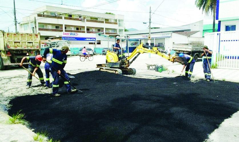 Equipe da Prefeitura durante trabalho de pavimentação na região central de Ubatuba; alto investimento (Foto: Divulgação PMU)