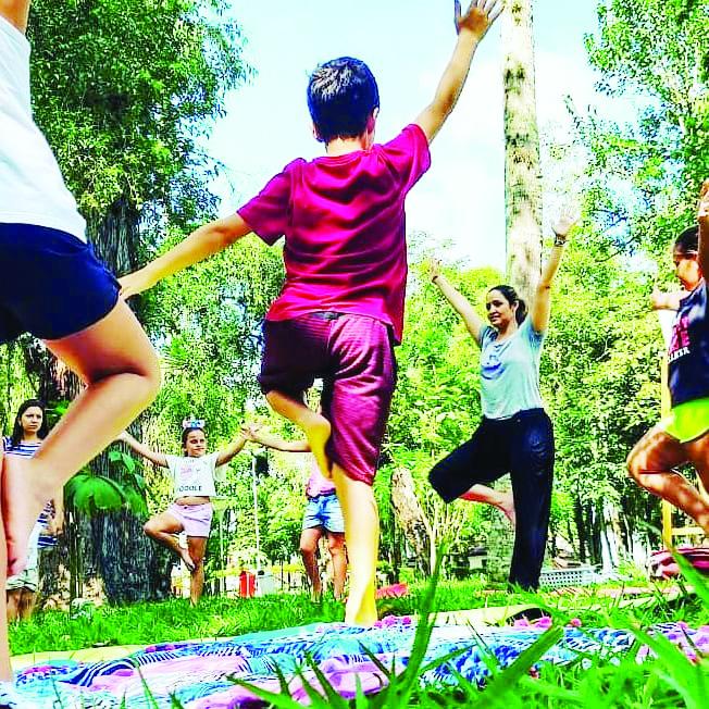A professora Thalita Silva que conduz alunos iniciantes no Yoga (Foto: Reprodução)