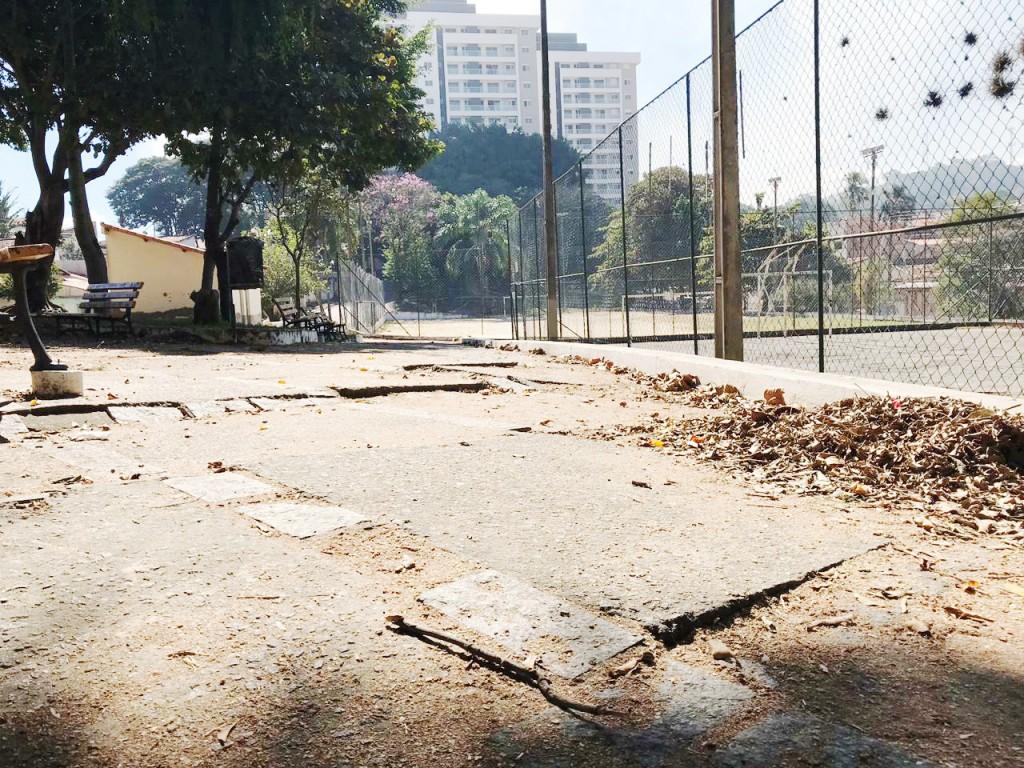 Praça no bairro Coelho Neto, em Guaratinguetá, à espera de reforma; trabalho teve pedido de vereador (Foto: Larissa Diamantino)
