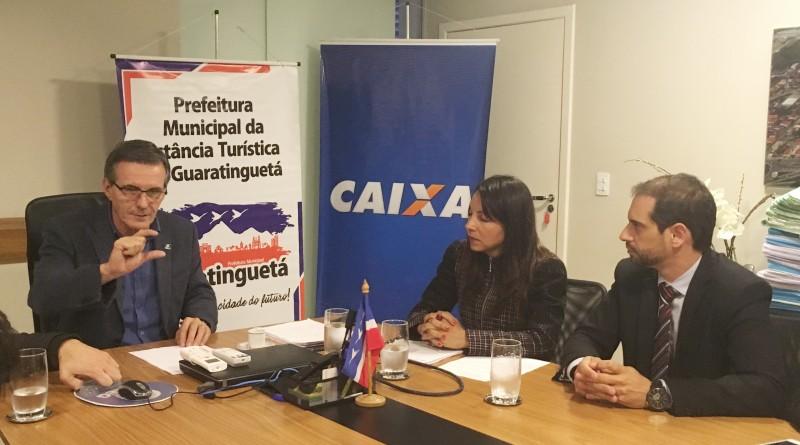 O prefeito Marcus Soliva durante assinatura do contrato com a Caixa para pavimentação em Guará (Foto: Leandro Oliveira)