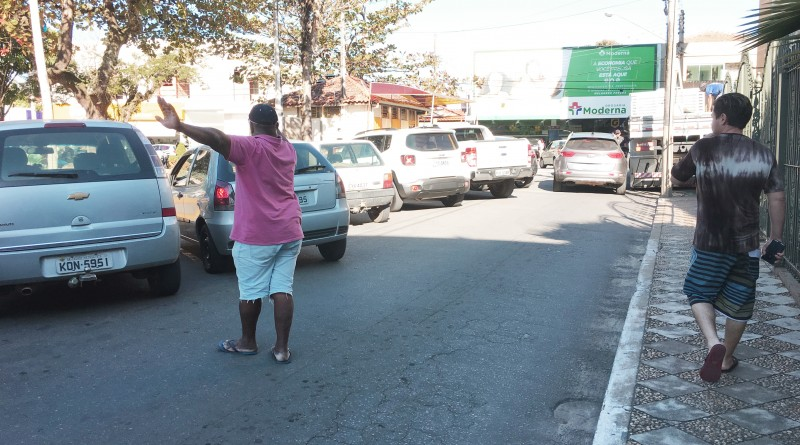 Flanelinha atua em vagas de estacionamento na praça Prado Filho; Prefeitura quer Área Azul para este ano (Foto: Jéssica Dias)