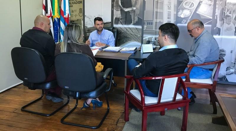 Prefeito Thales Gabriel se reúne com empresários interessados em áreas liberadas em Cruzeiro (Foto: reprodução)
