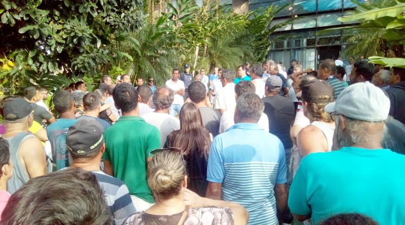 Reunião do prefeito Délcio Sato (fundo) com pescadores; debate sobre necessidades do setor é ampliado (Foto: Divulgação PMU)