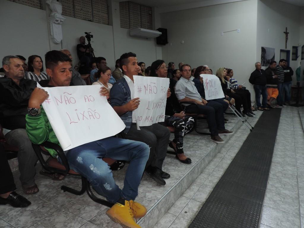 Parte dos moradores do Novo Horizonte durante manifestação na Câmara; protesto pede fechamento de aterro (Foto: Rafaela Lourenço)