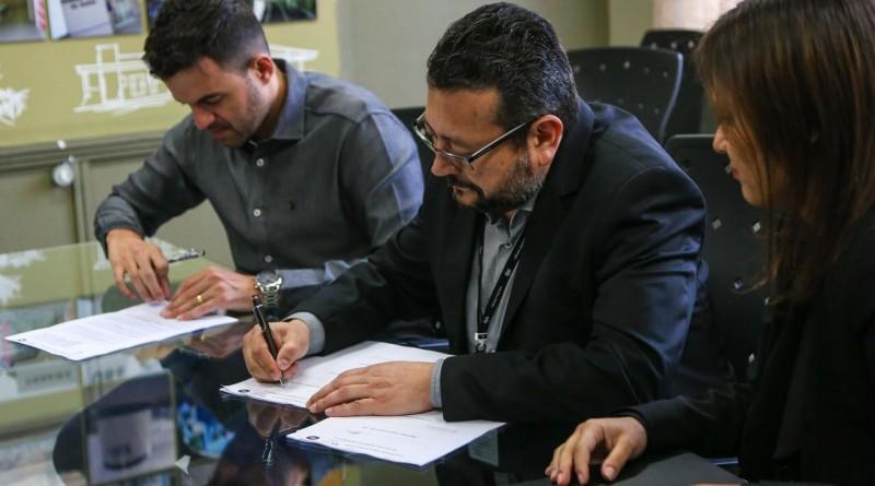 Assinatura de convênio entre a Prefeitura e a EDP; benefício em LED atinge 650 pontos de luz (Foto: Reprodução PMC)