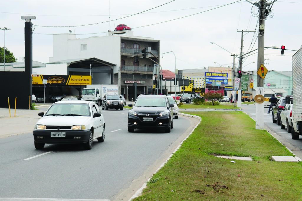 Motoristas trafegam pela JK, um dos pontos com radares funcionando (Foto: Marcelo Augusto dos Santos)