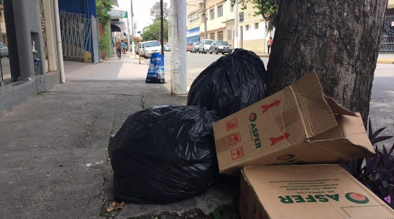 Lixo nas ruas ainda é preocupação corriqueira em Cruzeiro (Foto: Arquivo Atos)
