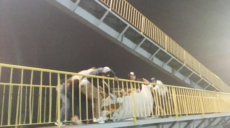 Uma das três manifestações na passarela do Tigrão, no trecho de Aparecida, da Via Dutra; situação segue sem definição e com novos protestos (Foto: Leandro Oliveira)