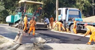 Obra de pavimentação nas ruas de Ubatuba; administração municipal garantiu aporte de R$ 20 milhões, com expectativa de 122 vias (Foto: Divulgação PMU)