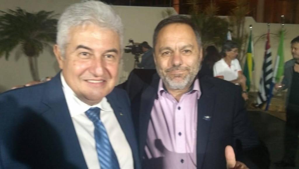 O prefeito de Silveiras Guilherme Carvalho e o ministro de Ciência e Tecnologia Marcos Pontes durante assinatura de convênio (Foto: Divulgação PMS)