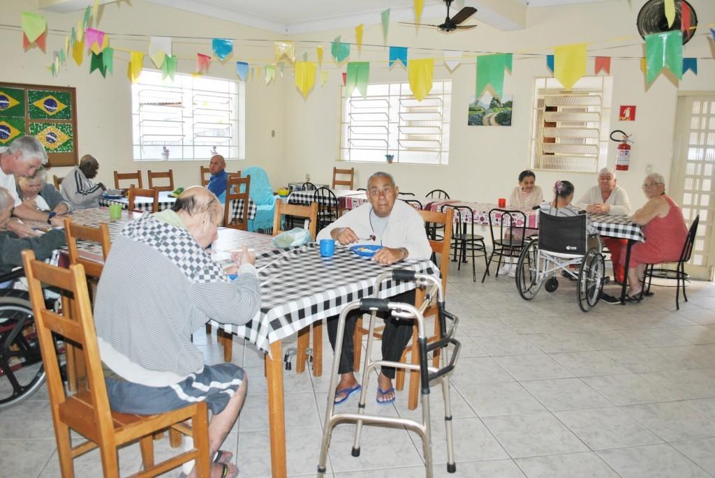Idosos em asilo de Cruzeiro; projeto beneficio entidades  (Foto: Arquivo Atos)