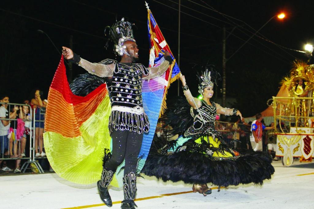 Porta-bandeira e mestre-sala da Beira Rio durante desfile de 2019; escolas de samba têm até