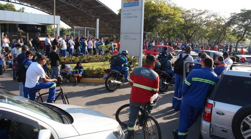 Manifestação de funcionários em frente a Novelis; sindicato aguarda posicionamento da empresa (Foto: Divulgação SMP)